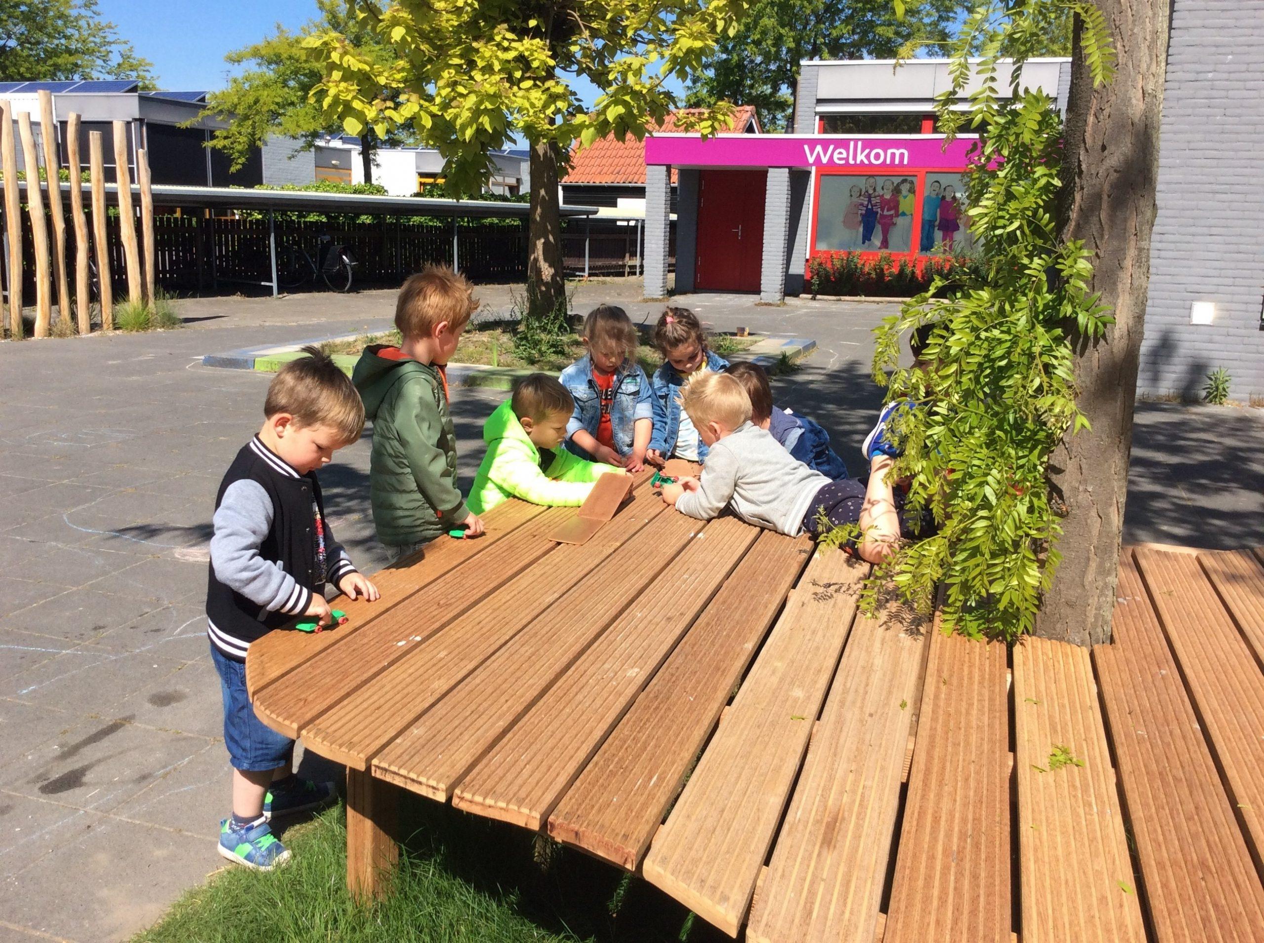 De kleuters van Omnis Kindcentrum de Reiger zijn erg blij met hun buitentafel