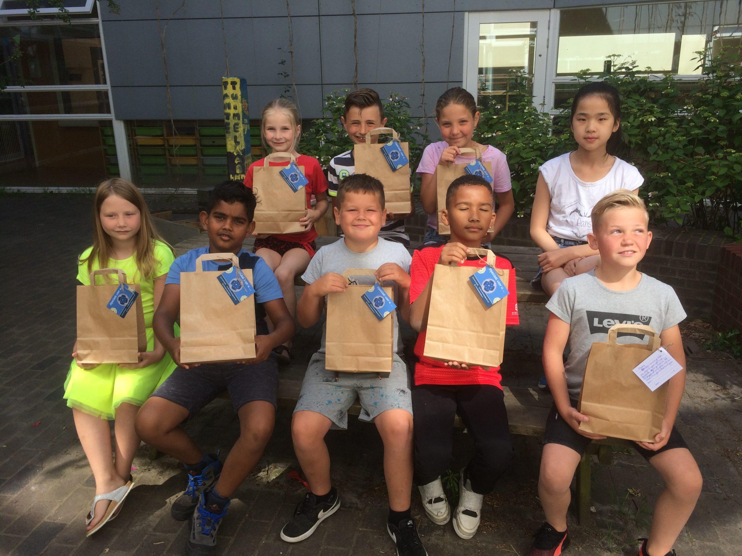Leerlingen van Omnis Kindcentrum de Linden verrassen inwoners van 's- Gravenpolder